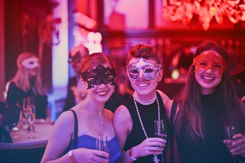 Dziewczyny na balu maskowym