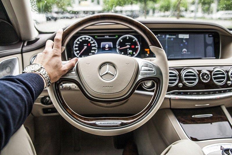 Kierowca taryfy we wnętrzu samochodu