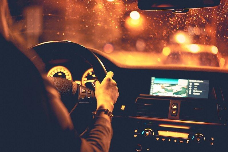 Kobieta kierująca samochodem nocą