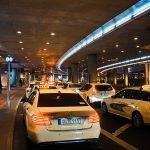 Taksówki oczekujące w porcie lotniczym