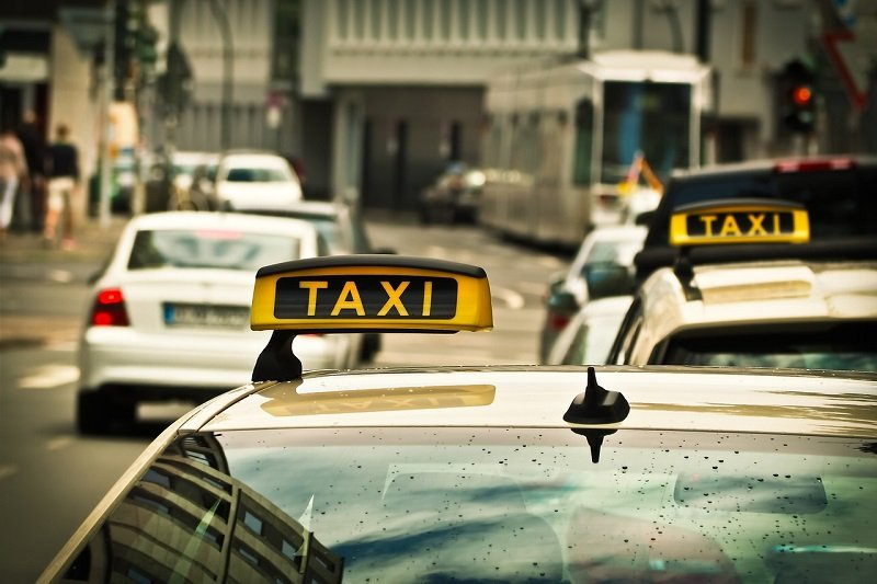 Taxi oczekujące na pasażerów