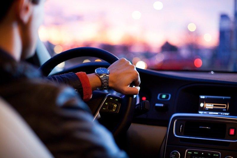 Kierowca taksówki za kierownicą