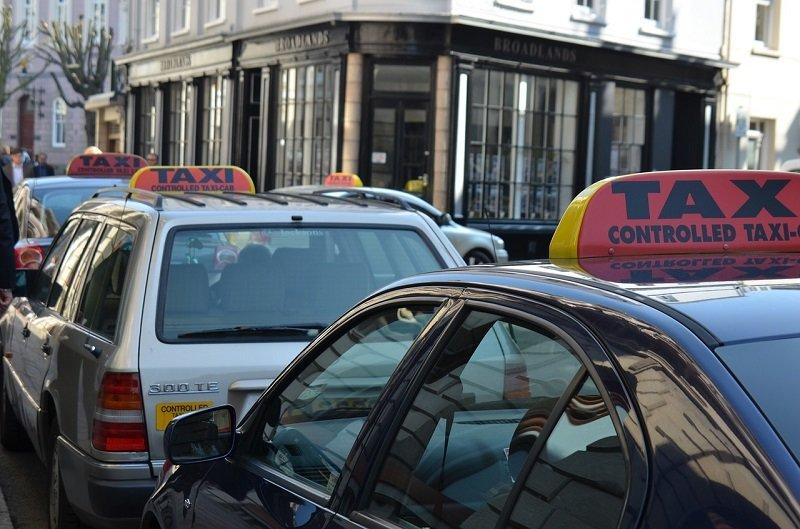 Taksówki zaparkowane na postoju