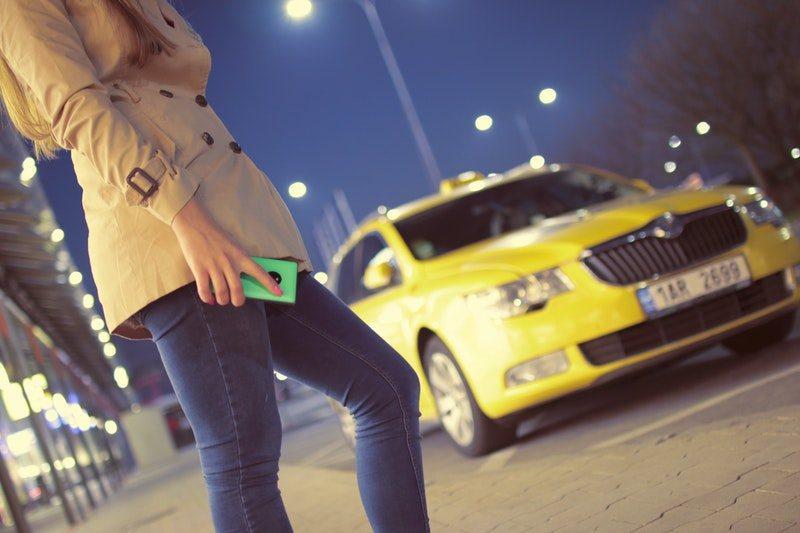 Pasażerka czekająca na taksówkę